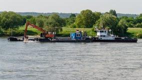 Грузите при экскаватор углубляя дно реки стоковая фотография rf