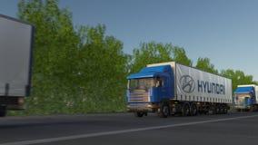 Грузите semi тележки с логотипом Hyundai Мотора Компании управляя вдоль дороги леса, безшовной петли Редакционный зажим 4K акции видеоматериалы