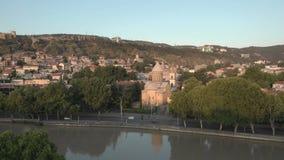 ГРУЗИЯ, ТБИЛИСИ - 2-ОЕ ИЮНЯ 2018: Воздушное видео Старый центр Тбилиси сверху Взгляд трутня на исторической части города сток-видео