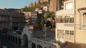 ГРУЗИЯ, ТБИЛИСИ - 2-ОЕ ИЮНЯ 2018: Полет трутня через улицы старого Тбилиси Центр Тбилиси исторический ниже внутри видеоматериал