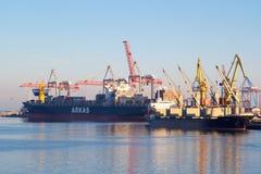 Грузовие корабли ОДЕССЫ, УКРАИНЫ - 2-ОЕ ЯНВАРЯ 2017 входя в один из самых занятых портов в мире, Одесса стоковая фотография rf