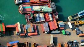 Грузовие корабли нагрузили краном с грузовыми контейнерами на занятом стержне порта Hong Kong видеоматериал