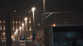 Грузовик с открытым хоботом на стороне дороги на городе зимы ночи акции видеоматериалы