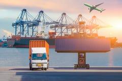 Грузовой контейнер платформы грузоподъемника поднимаясь в грузя дворе или дворе дока против неба восхода солнца для импорта транс стоковые изображения