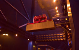 Грузовой контейнер поднятый краном стоковое изображение rf