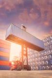 Грузовой контейнер платформы грузоподъемника поднимаясь в грузя дворе стоковые фотографии rf