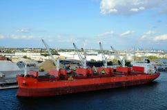 Грузовой корабль во время деятельности груза в Байонне, Нью-Джерси стоковое изображение