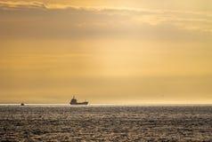 Грузовой корабль в горизонте стоковые фотографии rf