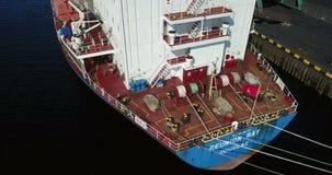 Грузовой корабль в пристани порта на загрузке угля акции видеоматериалы