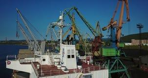 Грузовой корабль в пристани порта на загрузке угля сток-видео
