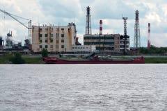 Грузовой корабль для морского транспорта корабль груза большой Большие грузовие корабли припаркованные в реке Сосуд перегрузки Стоковые Изображения RF