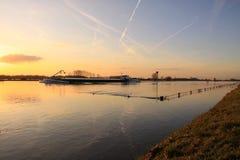 Грузовой корабль на приливе реки Стоковые Изображения RF