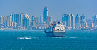 Грузовой корабль пилотной шлюпки и контейнера стоковые фото
