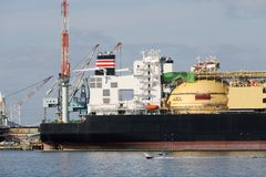 Грузовой корабль состыкованный в порте стоковое изображение