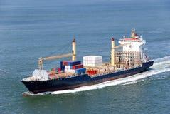 Грузовой корабль с двигать контейнеров Стоковое Изображение