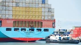 Грузовой корабль GUNDE MARSK входя в порт Окленд Стоковое Изображение