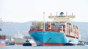 Грузовой корабль GUNDE MARSK входя в порт Окленд Стоковые Изображения