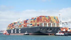 Грузовой корабль MSC АРИАН входя в порт Окленд Стоковое Фото
