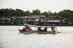 Грузовой корабль баржи и буксира тяги шлюпки в Chao Реке Phraya с стоковые фотографии rf