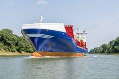 Грузовой корабль в канале Киля стоковое изображение rf