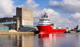 Грузовой корабль в доках Эдинбурга Стоковое фото RF