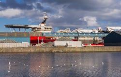 Грузовой корабль в доках Эдинбурга Стоковое Изображение