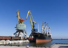 Грузовой корабль в порте Стоковое Изображение RF