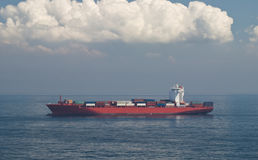 Грузовой корабль и горизонт контейнера стоковое изображение rf