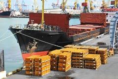 Грузовой корабль и металл насыпного груза под краном порта Стоковая Фотография RF