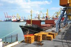Грузовой корабль и металл насыпного груза под краном порта Стоковые Изображения RF