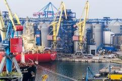 Грузовой корабль и промышленное оборудование в морском пехотинце торгуют портом Стоковое Изображение RF