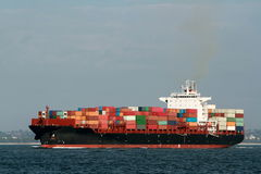 Грузовой корабль контейнера на море Стоковые Изображения RF