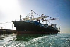 Грузовой корабль контейнера причаленный наряду Стоковые Изображения