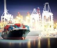 Грузовой корабль контейнера с портами вытягивает шею мост в гавани Стоковая Фотография