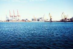 Грузовой корабль контейнера с работая мостом крана в предпосылке верфи, транспорте перевозки, логистической предпосылке c экспорт Стоковые Фото