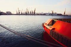 Грузовой корабль контейнера с работая мостом крана в предпосылке верфи, транспорте перевозки, логистической предпосылке c экспорт Стоковое Фото