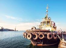 Грузовой корабль контейнера с работая мостом крана в предпосылке верфи, транспорте перевозки, логистической предпосылке c экспорт Стоковое Изображение