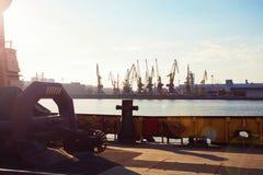 Грузовой корабль контейнера с работая мостом крана в предпосылке верфи, транспорте перевозки, логистической предпосылке c экспорт Стоковые Изображения