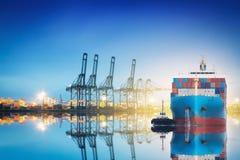 Грузовой корабль контейнера с работой Стоковые Изображения RF