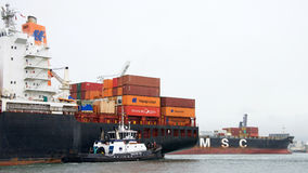 Грузовой корабль ЛОНДОН СРОЧНЫЙ входящ в порт Окленд, MSC ЛИЗЫ Стоковое фото RF