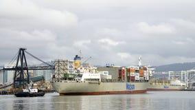 Грузовой корабль МАУИ Matson входя в порт Окленд Стоковая Фотография
