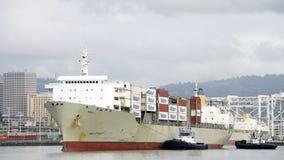 Грузовой корабль МАУИ Matson входя в порт Окленд Стоковые Фото