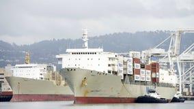 Грузовой корабль МАУИ Matson входя в порт Окленд Стоковая Фотография RF