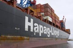 Грузовой корабль нагрузил с контейнерами в порте Вальпараисо, Чили Стоковые Фотографии RF