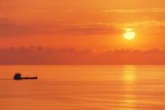 Грузовой корабль на заходе солнца Стоковое Фото