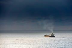 Грузовой корабль на море стоковое изображение