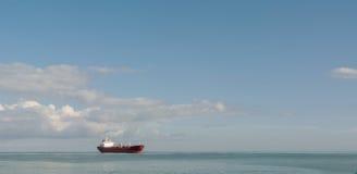 Грузовой корабль на море Стоковые Изображения RF