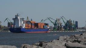 Грузовой корабль 6-ое мая 2017 a большой нагруженный входит в порт Klaipeda Литва сток-видео