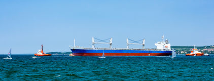 Грузовой корабль покидая порт Стоковое Изображение