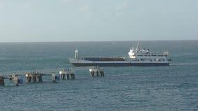 Грузовой корабль причаливая St Maarten видеоматериал